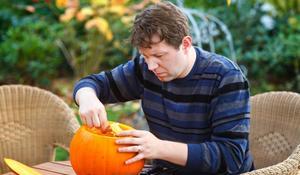 Dynia na Halloween - KROK III: wydrążanie miaższu dyni